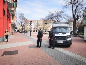 Униформени полицаи спират минувачи на Главната